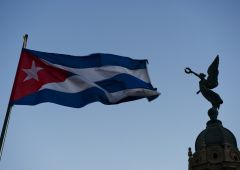 cuba flag and statue